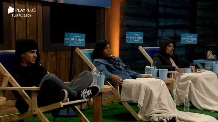Biel, Tays Reis e Lipe Ribeiro nas cadeiras, atentos ao filme