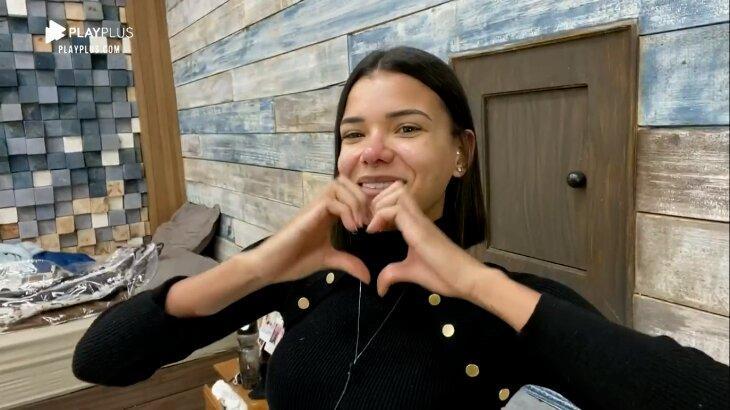 Jakelyne Oliveira fazendo coração com as mãos