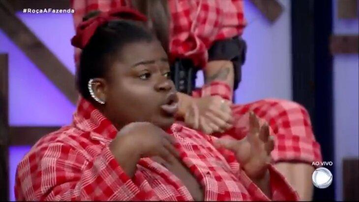Jojo Todynho gesticulando com as mãos e boca no programa ao vivo