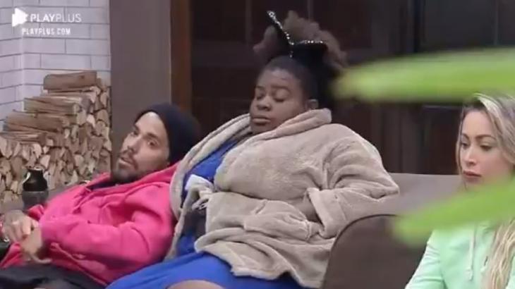 Na sala, Jojo Todynho finge dormir ao lado de Lipe Ribeiro e Carol Narizinho em a Fazenda 2020