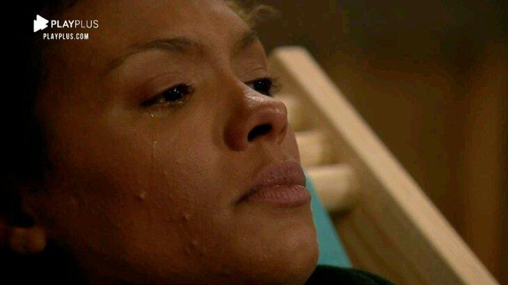 Lidi Lisboa chorando ao assistir filme