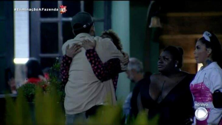 Lucas Maciel recebe o último abraço dos amigos de A Fazenda 2020