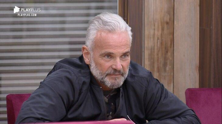 Mateus Carrieri aparece sentado na mesa de A Fazenda 2020