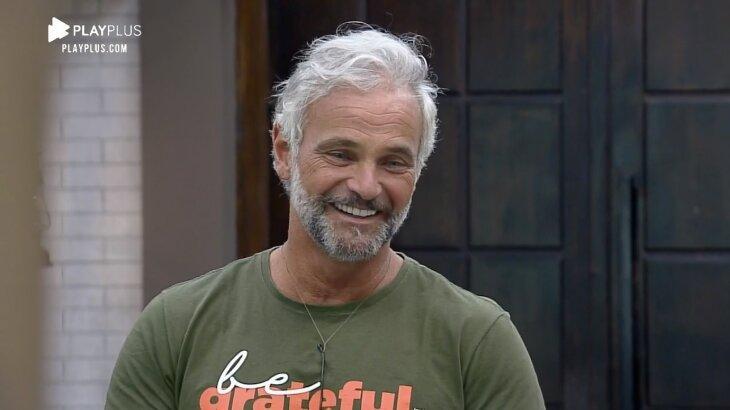 Mateus Carrieri sorrindo na sala