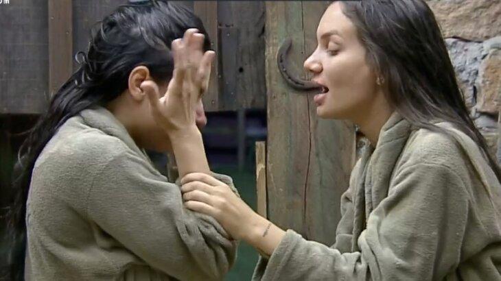 Stéfani Bays acalma Raissa Barbosa, que chora muito