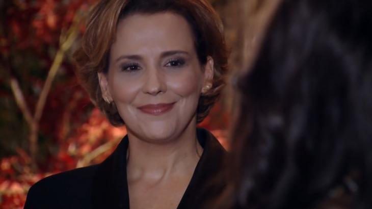Eva sorrindo em festa de Manu