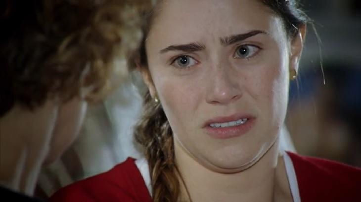 Cena de A Vida da Gente com Ana chorando enquanto olha para a mãe