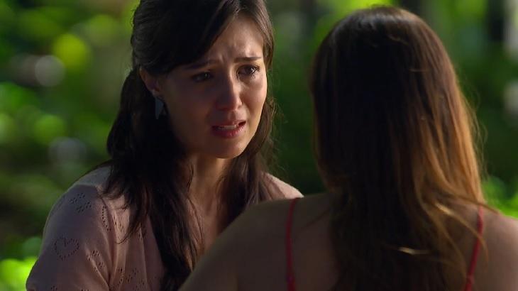 Cena de A Vida da Gente com Manu chorando sentada de frente para Ana, que está de costas para a câmera