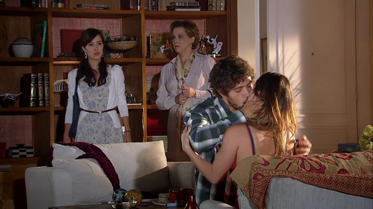 Cena de A Vida da Gente com Manu e Eva em pé vendo Ana e Rodrigo, que estão se beijando