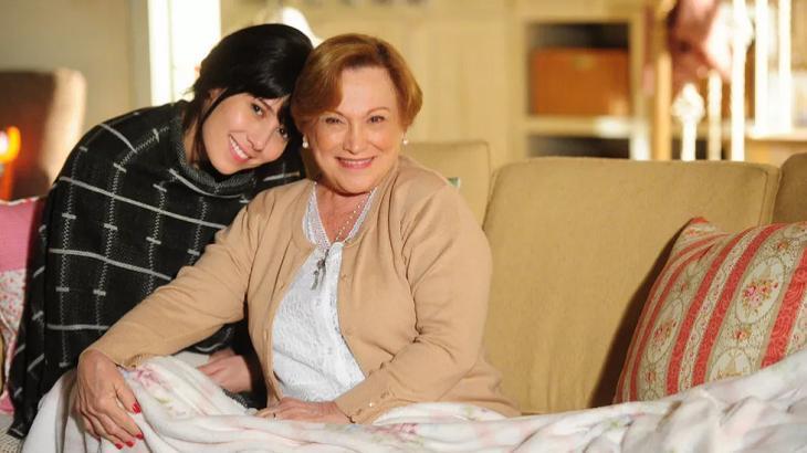 Marjorie Estiano ao lado de Nicette Bruno