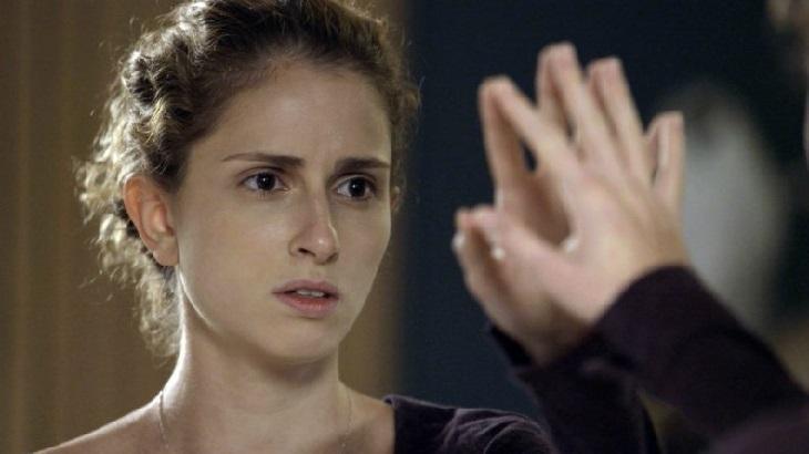 Carol Duarte se olha no espelho em cena como Ivana na novela A Força do Querer, em reprise na Globo