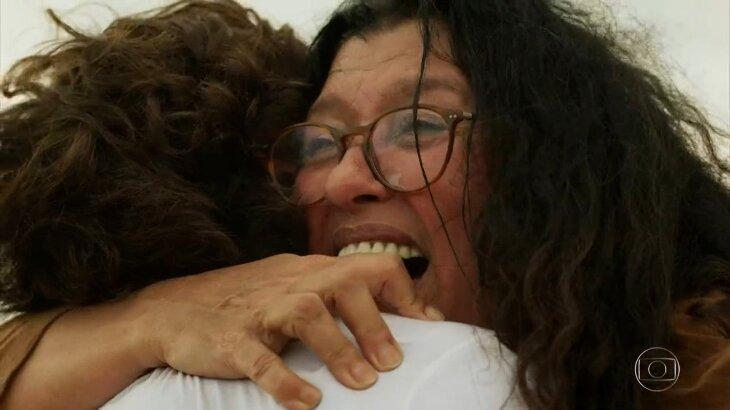 Cena em que Lurdes abraça Danilo