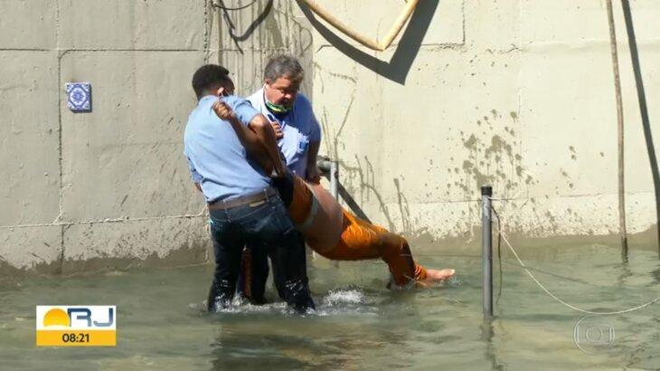 Globo exibe momento exato de repórter salvando homem eletrocutado