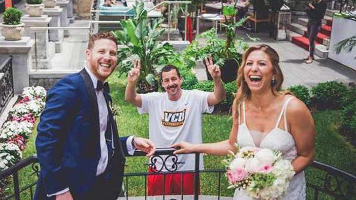 Adam Sandler surge de penetra em fotos de casal de noivos