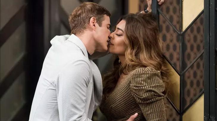Primeiro beijo entre o casal em