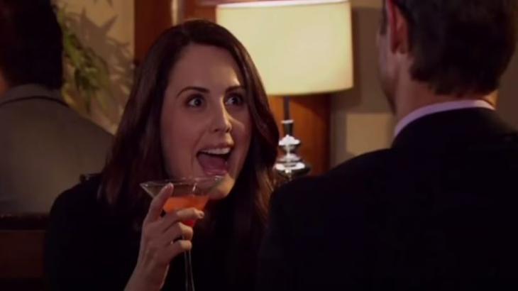 Adriana segura um drink e tenta seduzir Gusmão em cena de Amores Verdadeiros