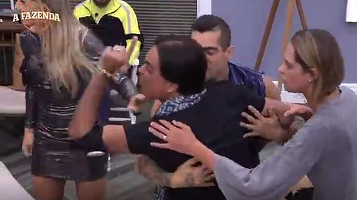 Fabio Arruda surta e parte para cima de Ana Paula Minerato