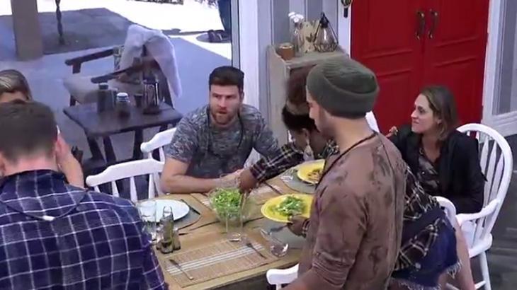 Ariatna conversa com participantes na cozinha da Fazenda