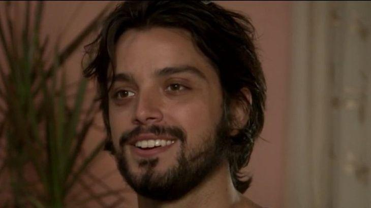 Alejandro sorrindo