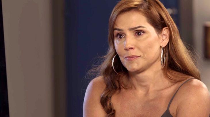 Alexia mete os pés pelas mãos em Salve-se Quem Puder - Reprodução/TV Globo