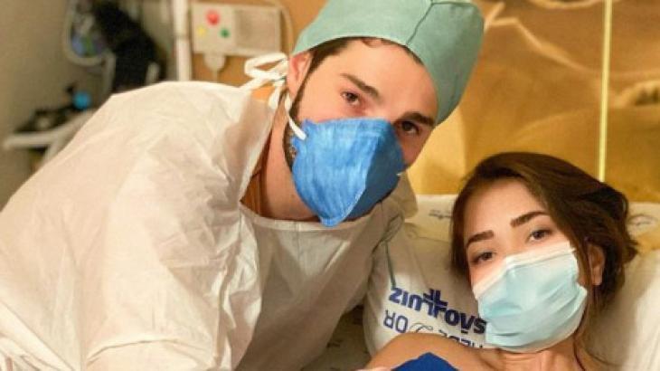 Alok e a esposa no hospital
