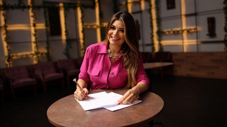 Amanda Françozo assinando novo contrato - Foto: Juan Ribeiro/TV Aparecida