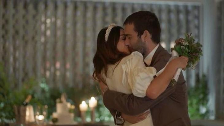 Betina e Sandro se beijando em Amor de Mãe