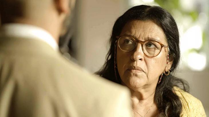 Regina Casé é Lurdes em Amor de Mãe - Foto: Reprodução/Globo