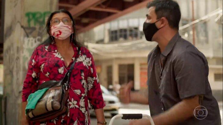 Lurdes e Magno de máscara na rua