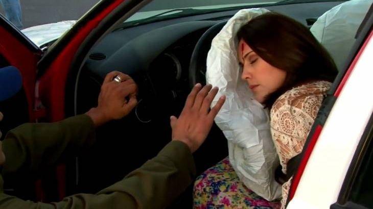 Cena de Amores Verdadeiros com Adriana desmaiada e encostada no airbag do carro, com sangue no rosto