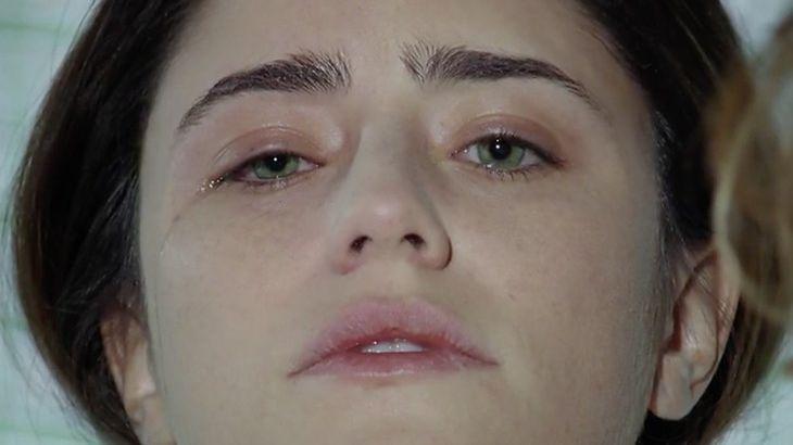 Ana com os olhos abertos,  chorando