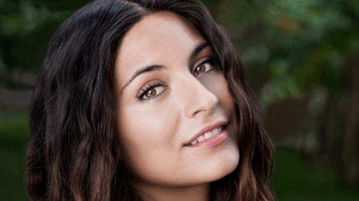 Ana Brenda Contreras, de Coração Indomável, posa para foto sorrindo