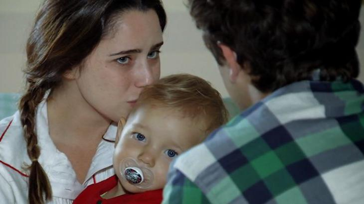 Ana beija Julia e enquanto olha para Rodrigo