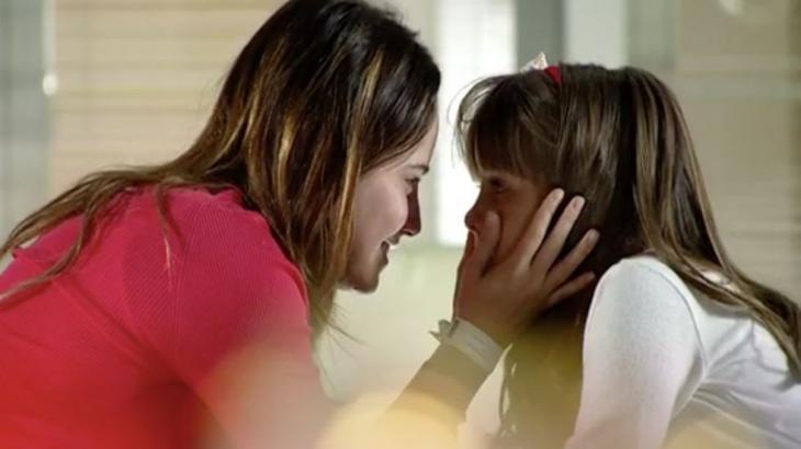Ana está com Júlia em cena de A Vida da Gente