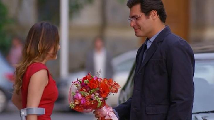 Lúcio dando flores a Ana