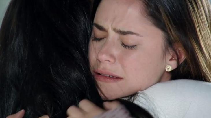 Manu e Ana abraçadas