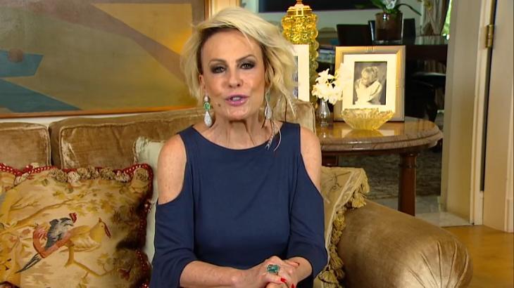 Ana Maria Braga sentada em um sofá e apresentando o Mais Você