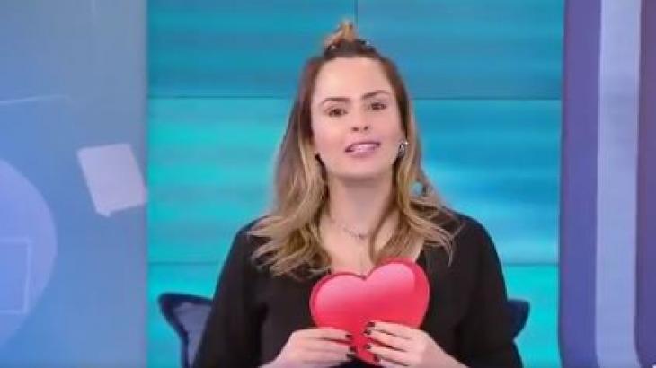 Ana Paula Renault segura emoji de coração no Fofocalizando