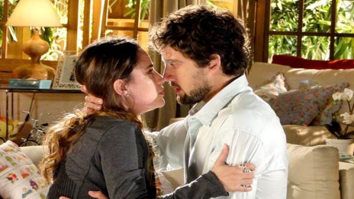Ana e Rodrigo quase se beijam em cena de A Vida da Gente