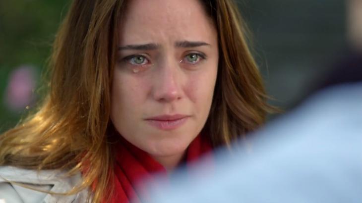 Ana chorando pelo término de namoro em A Vida da Gente
