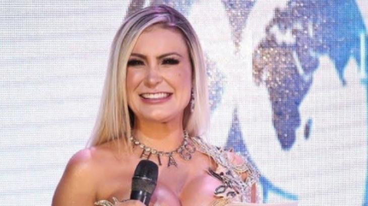 Andressa Urach exibindo colar com o nome Thiago