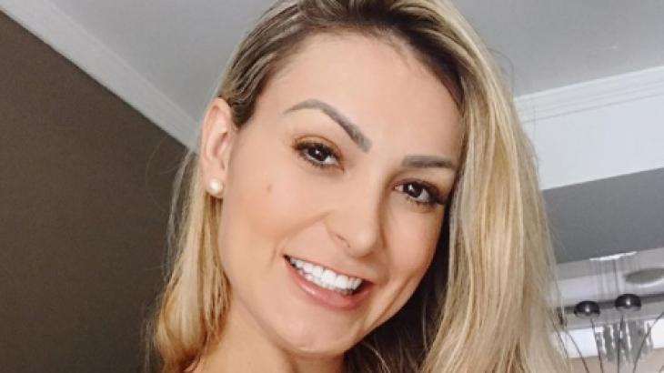 Andressa Urach sorrindo
