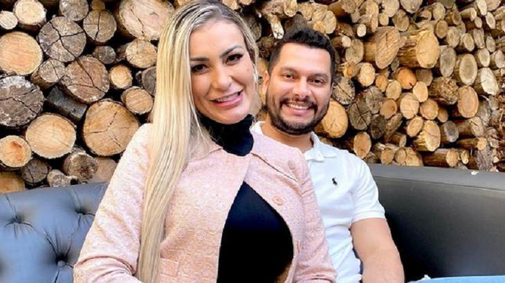 Andressa Urach abraçada com marido