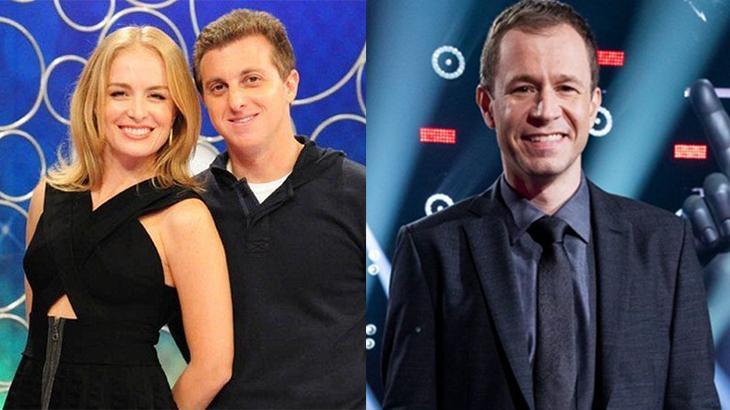 Angélica sorrido ao lado de Luciano Huck, à esquerda, e Tiago Leifet, sorrindo no palco do The Voice, à direita