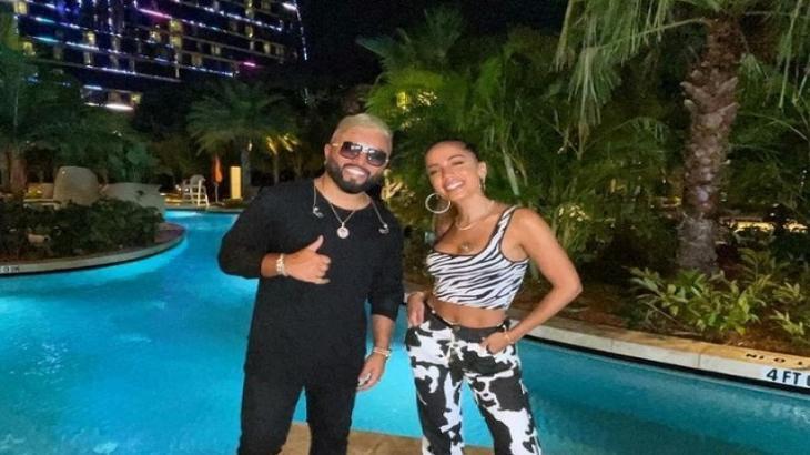 Anitta posa ao lado de Alex Sensation na Flórida
