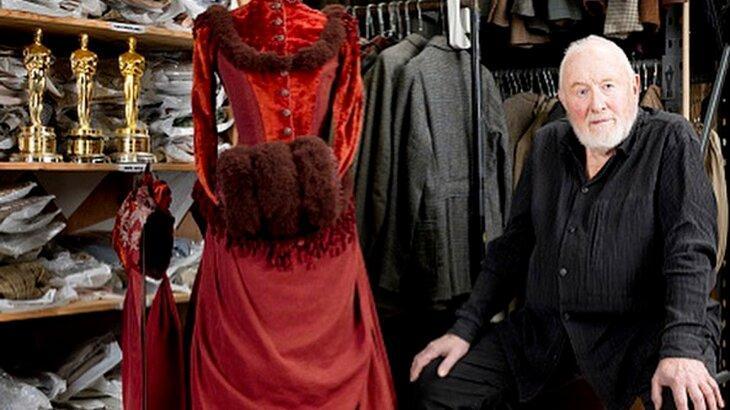 Anthony Powell com figurino e suas estatuetas do Oscar
