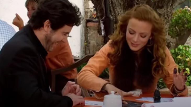 Augusto sorrindo e Renata com dedos sujos de tinta