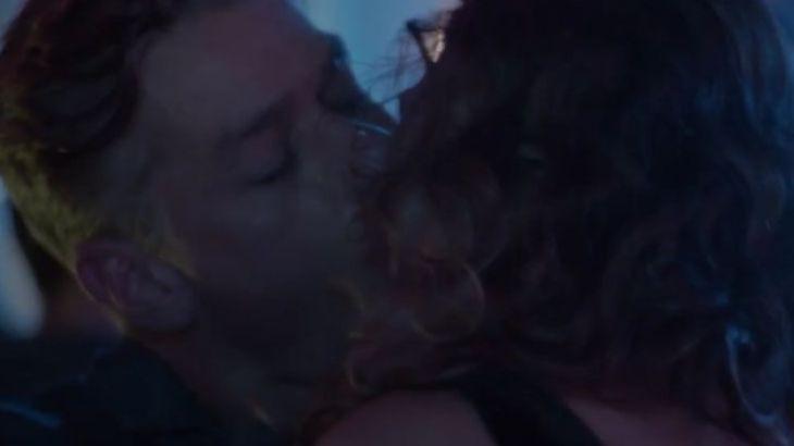 Arthur tasca beijo na boca de Natasha durante balada em Totalmente Demais - Reprodução/TV Globo