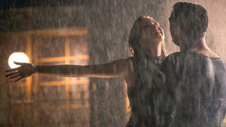 Arthur e Eliza cantam juntos na chuva em Totalmente Demais - Reprodução?TV Globo