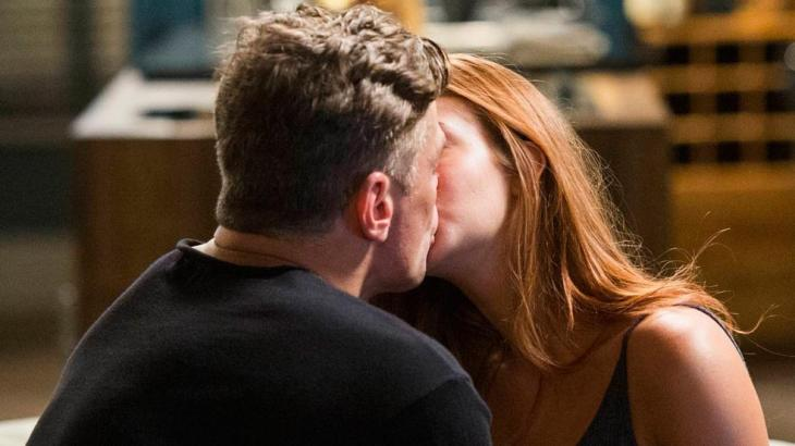 Totalmente Demais: Arthur dá beijaço em Eliza e deixa Stelinha em pânico